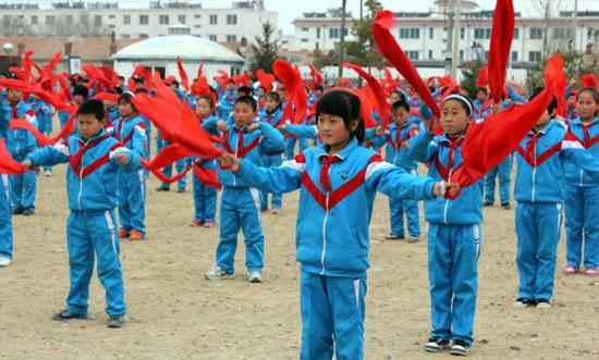 内蒙古频道 图片新闻    人民网库伦旗3月6日电 该旗将安代舞改编成