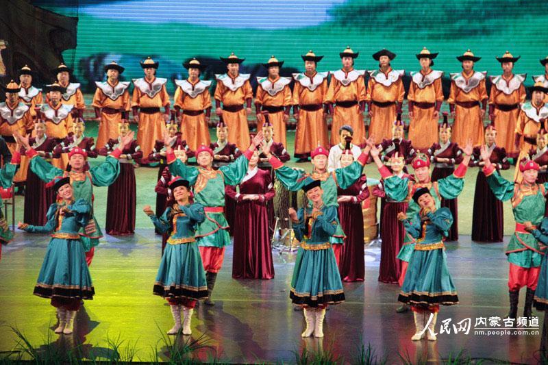 歌舞剧院的合唱演员们用无伴奏合唱的形式演绎了蒙古族民歌《鸿雁》