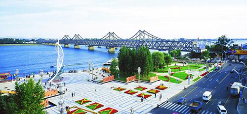 目前,正以新鸭绿江公路大桥的建设和黄金坪,威化岛经济区的开发合作为