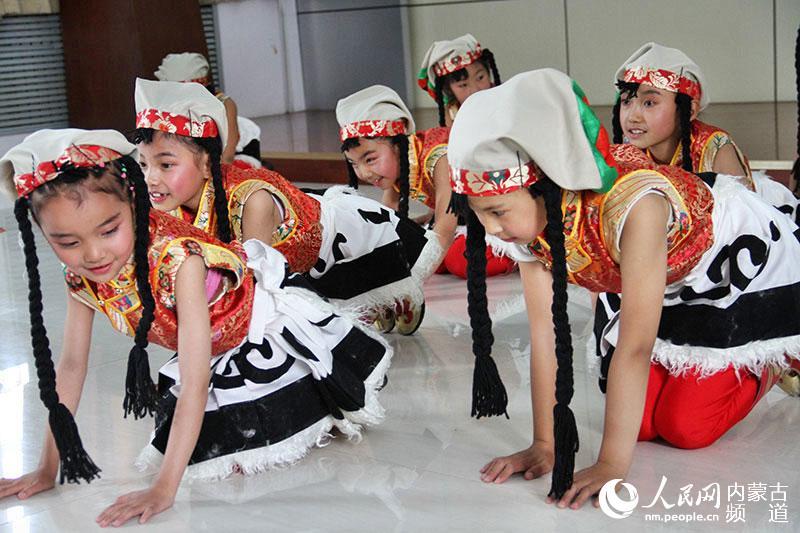 人民网呼和浩特10月29日电 (王慧)29日上午,由内蒙古自治区团委、西藏自治区团委主办,两地少工委共同承办的2014年蒙藏少年儿童民族团结手拉手活动启动仪式在呼和浩特市玉泉区石东路小学举行。来自西藏自治区的28名藏族少年将在为期一周的活动中领略内蒙古的魅力与文化,并与内蒙古少年儿童结对交流。 仪式上,石东路小学的少先队员们用具有浓郁民族特色的歌舞迎接远道而来的藏族小朋友,西藏少先队员们回以热情奔放的藏族歌舞,两地少年儿童还互赠了自制的结对卡和小礼物,互教互学了蒙藏歌曲和舞蹈。现场气氛热烈、一片欢声笑语