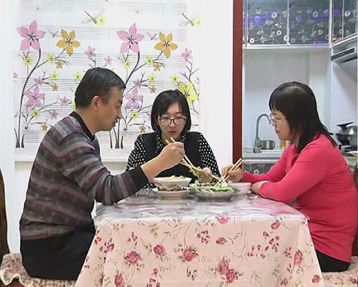 吃着团圆饭,一家人享受着天伦之乐