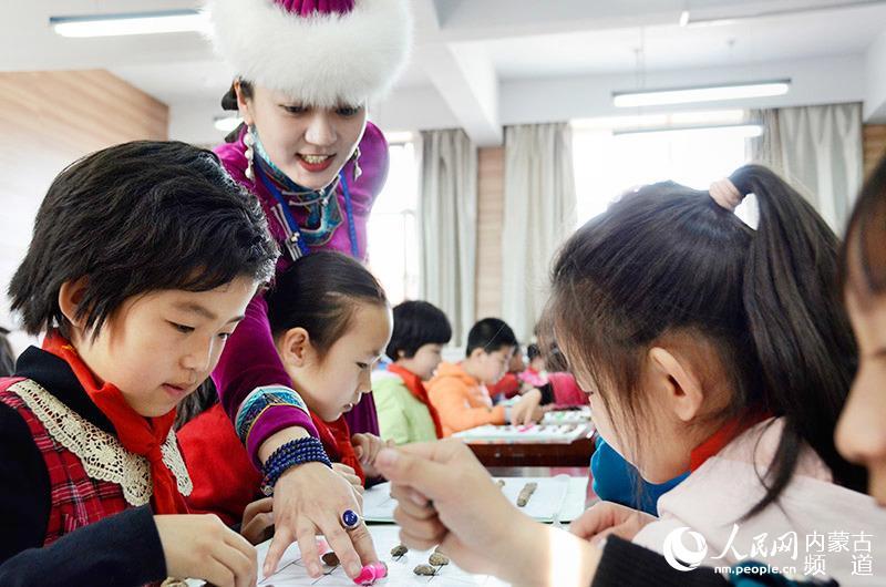 内蒙古博物院围鹿棋进校园 传统文化也能萌萌