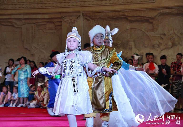 蒙古国小朋友表演服装秀