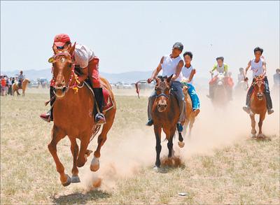 来自周边各地的蒙古族群众欢聚草原,参加射箭,赛马,搏克等蒙古族特色
