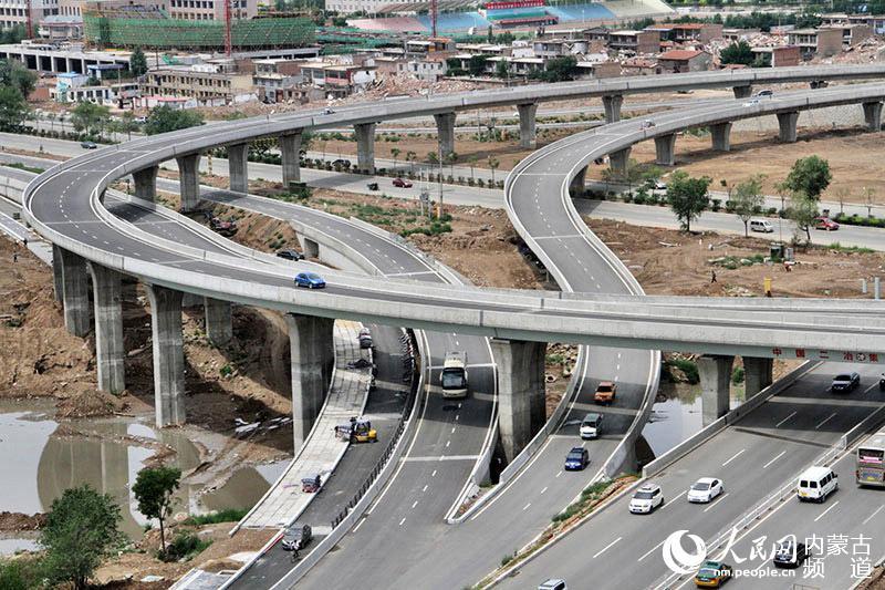 人民网呼和浩特7月17日电(刘泽 张雪冬) 7月,呼和浩特市的快速路建设进入关键阶段,广大市民也对快速路的建设进展情况十分关心,本网记者实地走进快速路建设的部分路段,对工程进展情况进行了解。 据介绍,呼和浩特市快速路建设工程总投资约115亿元,包括东线、南线、西线(及呼准连接线)、北线,全长65.