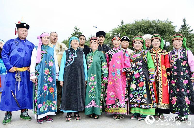 艺术节暨蒙古族服装服饰大赛在内蒙古乌兰浩特市成吉思汗公园盛装开幕
