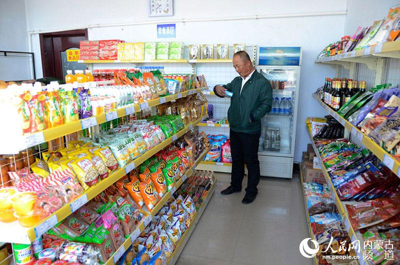 巴彦淖尔市乌拉特前旗西小召镇西小召村便民超市内村民正挑选商品.