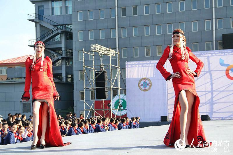 那达慕大会上看蒙古族服饰