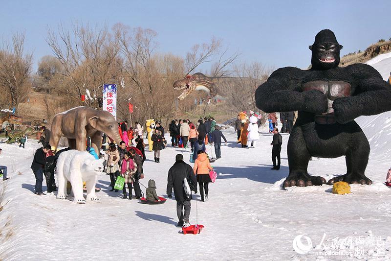 企鹅,恐龙,猛犸象,大猩猩等动物出没,可爱的动漫演出和巡游表演让人目