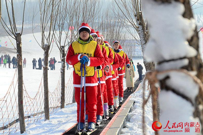 人民网呼和浩特1月8日电 1月8日上午,呼和浩特市回民区2016年北极光冰雪嘉年华暨回民区首届干部职工冰雪趣味运动会在乌素图国家森林公园内启幕。 北极光冰雪嘉年华将从1月8日一直持续到3月1日,本届回民区北极光冰雪嘉年华将为体验滑雪乐趣的游客提供免费滑雪培训课程,呼和浩特回民区文化体育广电局局长袁正伟说,为配合北极光冰雪嘉年华开幕,回民区还在开幕式现场举行回民区首届干部职工冰雪趣味活动。趣味活动只是个开始,我们希望通过趣味活动掀起全民健身、滑雪的热潮,袁正伟介绍道,雪中激情 冰雪飞扬的活动主题就