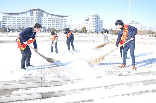 队员正在科尔沁广场扫雪-坚持学雷锋活动步入常态化图片