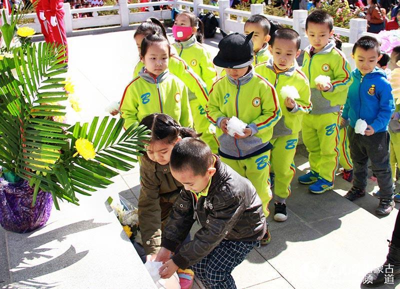 幼儿园的小朋友敬献鲜花