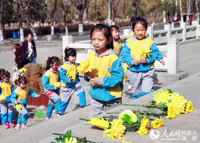 幼儿园的小朋友们向烈士纪念碑敬献鲜花