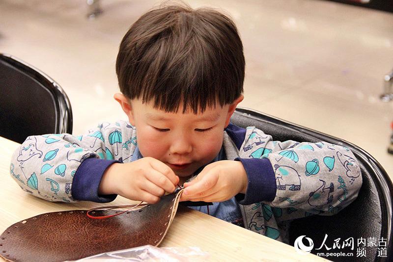 人民网呼和浩特5月8日电 (张雪冬)8日上午,内蒙古博物院相约周末系列活动器盛珍馐举行。 据悉,在长期的游牧生涯中,蒙古族牧人的饮食器形成了自己独有的特征。为适应马背上的驰骋颠簸,其饮食器具都是便于携带,经久耐用。此外,蒙古民族喜欢铜制品和皮制品,在生活中,他们往往就地取材,比如树皮、动物的皮,既实用又巧妙。 活动中,博物院讲解员首先介绍了银碗、铜壶、奶制品模具等蒙古族常用的饮食用具,其精美的纹饰体现了蒙古族人民的审美情趣。同时讲解员详细介绍了蒙古族特色用具皮囊壶。在互动空间小朋友们还一起学习了