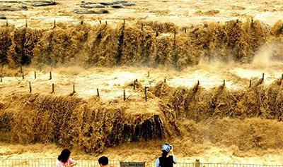 黄河壶口瀑布水流量大增 现壮美瀑布群景观