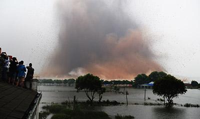航拍:湖北梁子湖隔堤爆破现场