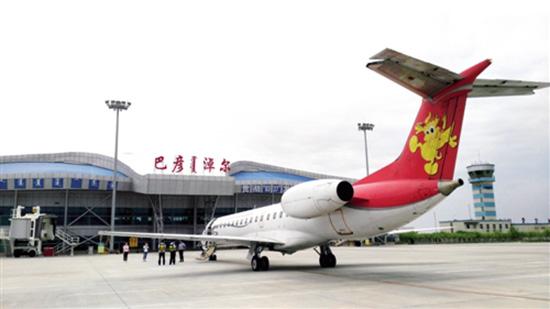 图为巴彦淖尔机场工作人员保障航班运行.梁亮