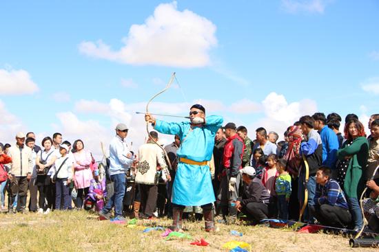 9月10日,乌拉特后旗呼和温都尔镇举办金秋草原那达慕大会,牧民身着