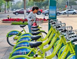 公共自行车便民又环保        赤峰中心城区公共自行车系统于9月20日正式运营,受到了广大市民的欢迎。