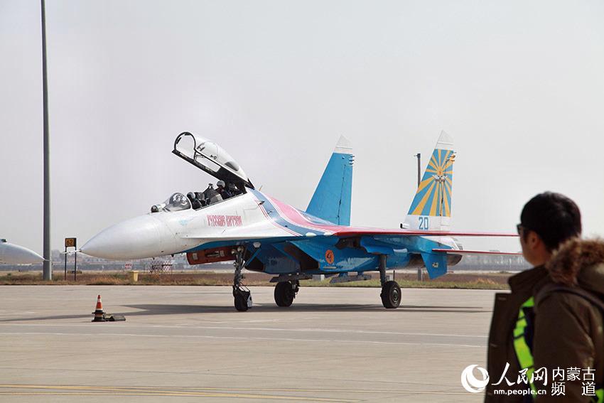 飞行表演队5架苏-27飞机抵达呼和浩特白塔国际机场