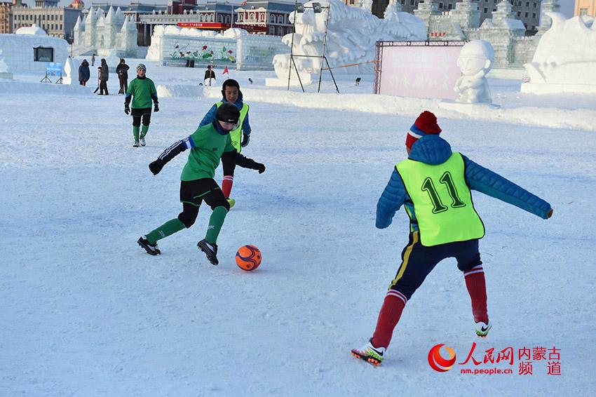 雪地足球赛 少年展英豪
