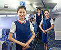 用微笑迎接未来        内蒙古师范大学空中乘务专业的模拟客舱内培训老师正在为学生辅导课前10分钟的微笑练习。