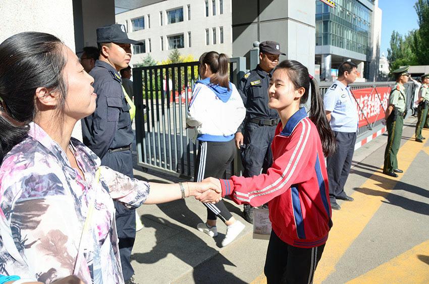 直击高考第一天:内蒙古近20万考生奔赴考场