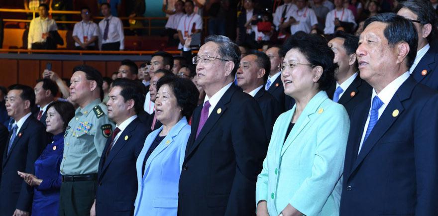 俞正声观看庆祝内蒙古自治区成立70周年文艺晚会《赞歌》