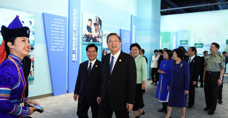 俞正声率中央代表团参观庆祝内蒙古自治区成立70周年展览