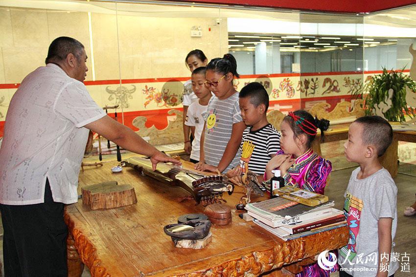 赵志刚/著名书画家、琴砚制作人赵志刚现场给孩子们介绍琴棋书画的知识