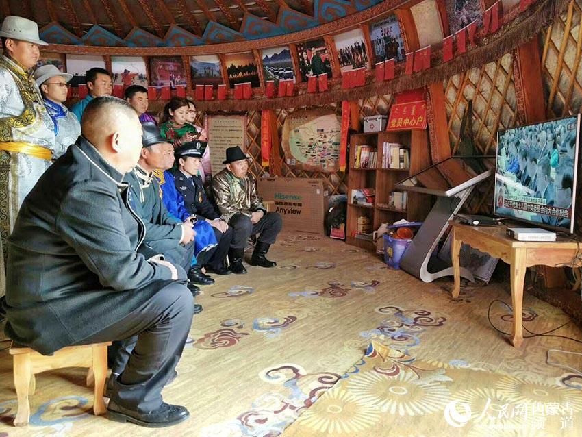 内蒙古各地干部群众集中观看党的十九大开幕会
