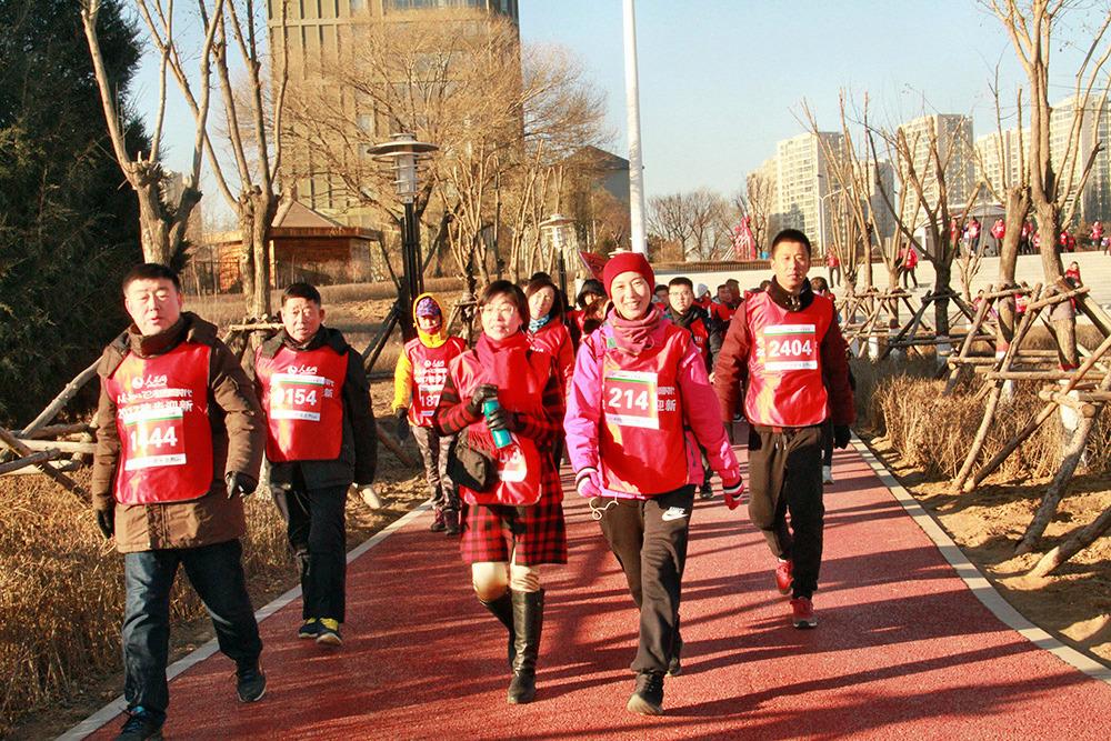 """图为参加活动的市民欢乐徒步行。辞旧迎新,走向明天。12月31日上午,""""不忘初心 走进新时代""""人民网2017呼和浩特徒步迎新活动火热开启,前来参加活动的市民和徒步爱好者齐聚内蒙古国际会展中心,以徒步的形式迎接新年的到来。"""