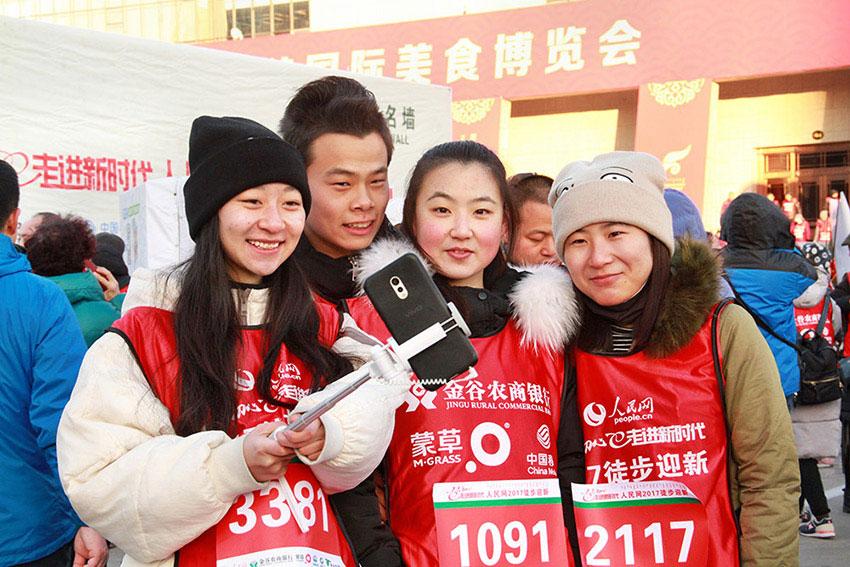 视频 | 人民网徒步迎新开启 5000徒友齐聚青城共迎新年