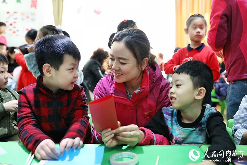 幼儿园教师――与孩子们做手工