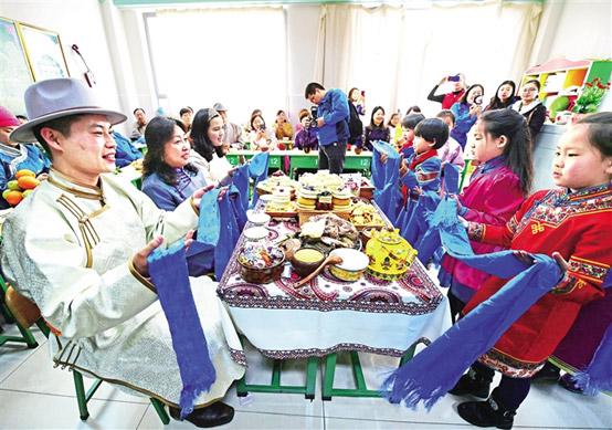 殷殷嘱托结硕果 草原儿女再出发        内蒙古各族人民用辛勤的劳动和累累硕果向总书记汇报。
