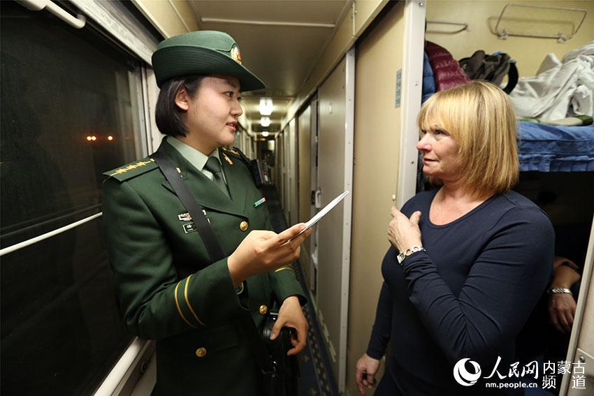杨心茹为出入境旅客提供通关咨询。