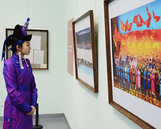 乌兰牧骑书画影像展开幕        4月20日,草原红色文艺轻骑兵——乌兰牧骑专题书画影像展在内蒙古美术馆隆重开幕。