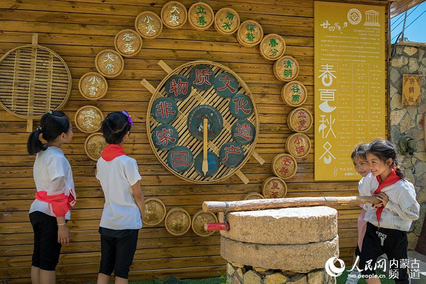 内蒙古呼和浩特市玉泉区恒昌店小学学生参观二十四节气创意作品。