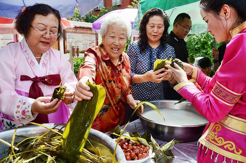 五彩丝缠角粽 民族团结一家亲
