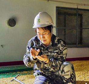 用心守护塞北粮仓        作为一名有着二十几年粮食工作经验的保管员,粮食的水分情况只要抓起一把凭借感官就可以判断出来。