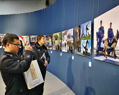 展现警营风采        12日上午,由内蒙古自治区公安厅主办的内蒙古公安系统纪念改革开放40周年书法美术摄影展开幕。