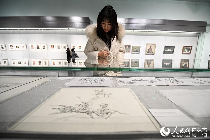 书画爱好者参观展览