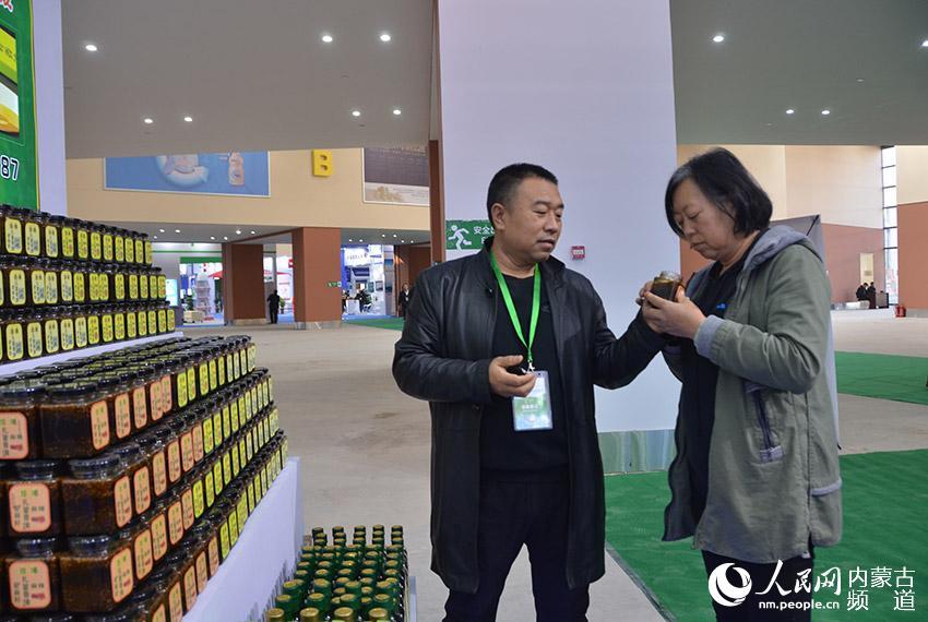 参展商向市民介绍自己的农特产品
