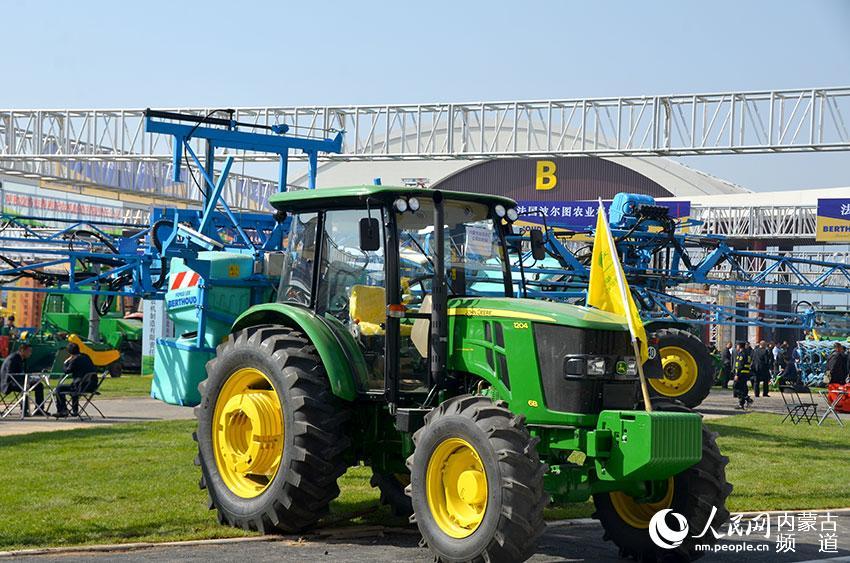 室外展区展示的大型农机具