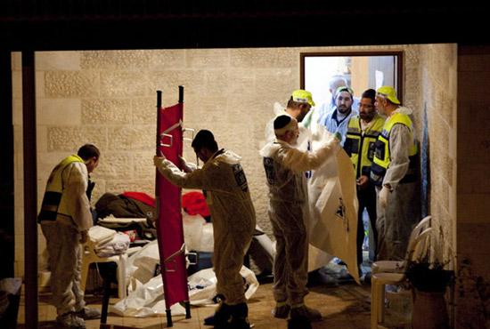 伊塔马尔,工作人员对遇害的一家五口进行遗体转移和